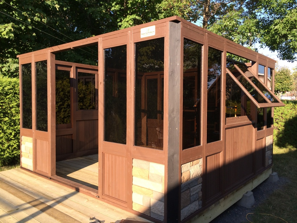 Installation of a high-end wooden gazebo